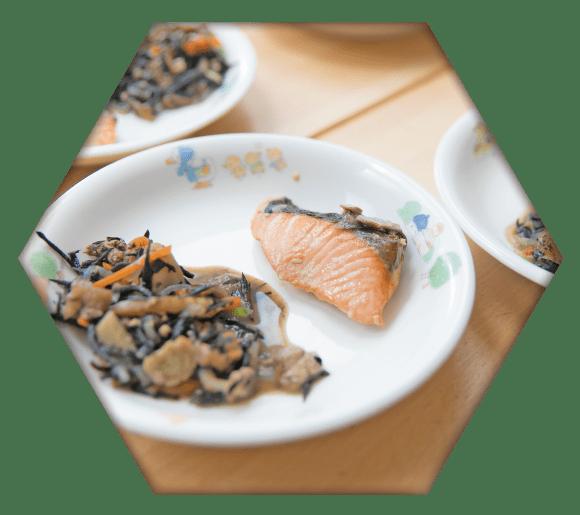 焼き鮭と五目ひじきのおかずプレート