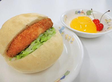 ハンバーガーとオレンジゼリーとさくらんぼのおやつ