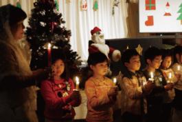 クリスマス会で蝋燭をもっている様子